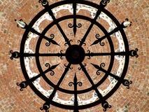 Het uitstekende Kroonluchter hangen van baksteenplafond Royalty-vrije Stock Afbeeldingen
