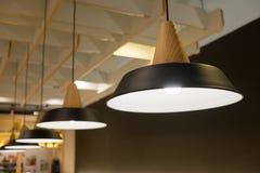 Het uitstekende lamp hangen van het plafond Stock Afbeeldingen