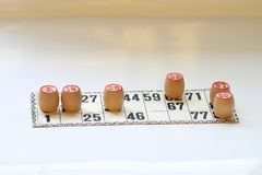 Het uitstekende lotto van het raadsspel, houten vaatjes, stock foto