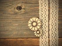 Het uitstekende metaal knoopt bloemen en kantlinten dicht Royalty-vrije Stock Foto's