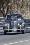 Het uitstekende MG-Auto drijven bij de landweg stock afbeelding