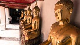 Het uitstekende retro effect filtreerde hipster stijlbeeld van het gouden standbeeld van Boedha en Thaise kunstarchitectuur in wa Stock Foto