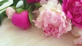 Het uitstekende romantische seizoen van de pioenbloem in een vaas compositionon een grijze concrete achtergrond stock videobeelden