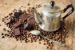 Het uitstekende suikergoed van de de bonen donkere chocolade van de theepotkoffie Royalty-vrije Stock Afbeeldingen