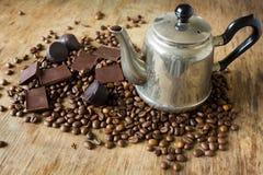 Het uitstekende suikergoed van de de bonen donkere chocolade van de theepotkoffie Royalty-vrije Stock Fotografie