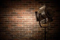 Het uitstekende theater/filmvleklicht concentreerde zich op een bakstenen muurachtergrond royalty-vrije stock afbeelding