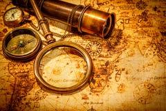 Het uitstekende vergrootglas ligt op een oude wereldkaart royalty-vrije stock foto's