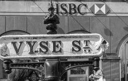 Het uitstekende Vyse-Teken van de Straatnaam tegen HSBC-de Bankbouw Stock Foto's