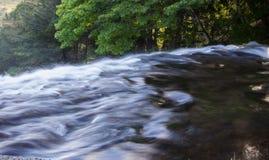 Het uitstorten heel wat water - onderaan een steile verticale klip in Yudaki valt in Nikko, Tochigi, Japan Royalty-vrije Stock Afbeelding