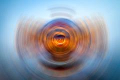 Het uitstralen van cirkels in vloeistof stock afbeelding