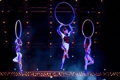 Het uitvoerderstouwtjespringen in Cirque du Soleil's toont 'Quidam' royalty-vrije stock foto