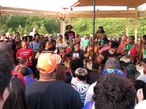 Het uitvoeren van Afrikaanse Trommelmuziek Stock Foto's