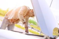 Het uitvoeren van een olieverversing op een auto Stock Afbeelding