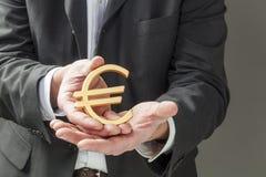Het uitvoeren van Euro in handen van financiële mensen stock foto