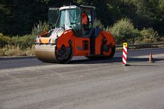 Het uitvoeren van reparatie werkt: asfalteer rol stapelend en heet drukken legt van asfalt Machine die weg herstellen royalty-vrije stock foto's