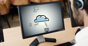 Het uitvoerende kijken wolk gegevensverwerkingspresentatie op computer stock videobeelden