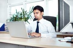 Het uitvoerende mannelijke werken aan laptop royalty-vrije stock afbeeldingen