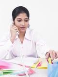 Het uitvoerende spreken op haar telefoon Stock Foto
