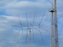 Het uitzenden en de antenne van de van de celzender en ontvanger en communicatie toren stock fotografie