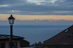 Het uitzicht van de zonsondergangberg van Thun-stad in de Winter wordt gezien, Zwitserland, Europa dat royalty-vrije stock afbeelding