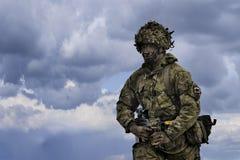 het UK Militair met halfautomatisch geweer in Roemeense militaire veelhoek in de de Windlente 15 van oefeningssmardan Stock Foto's