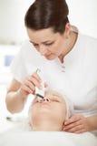 Het ultrasone gezichts schoonmaken bij schoonheidsbehandeling stock foto's