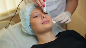Het ultrasone schoonmaken van gezicht in de kosmetieksalon stock footage