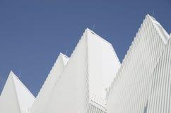 Het unieke witte driehoekige gevormde ontworpen dak van het aluminiummetaal Stock Afbeeldingen