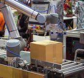 Het universele robot opheffende karton stock foto's
