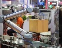 Het universele robot opheffende karton stock afbeelding