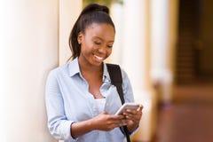 Het universitaire student texting royalty-vrije stock afbeeldingen