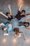 Het universitaire studenten toejuichen stock foto