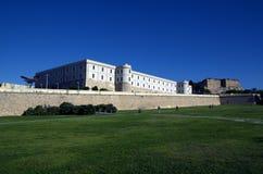 Het universitaire, vroegere militaire ziekenhuis met stadsmuur in Cartagena, Spanje Stock Afbeeldingen