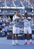 Het US Open 2013 mensen verdubbelt kampioenen Radek Stepanek van Tsjechische Republiek en Leander Paes van India tijdens trofeepre Stock Afbeelding