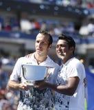 Het US Open 2013 mensen verdubbelt kampioenen Radek Stepanek van Tsjechische Republiek en Leander Paes van India tijdens trofeepre Royalty-vrije Stock Fotografie