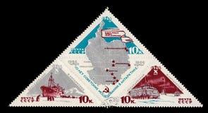 Het USSR circa 1966 van Sovjetunie: Sovjetpostzegelteken gewijd aan de tiende verjaardag van het begin van de ontwikkeling van royalty-vrije stock foto