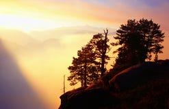 Het V.S. Yosemite, zonsondergang over betrokken moutains Stock Foto's