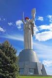 Het Vaderland ` van de monumenten` Moeder verfraaide met een kroon van papavers op de Dag van Herinnering en Verzoening royalty-vrije stock foto