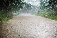Het vage Drijven in Overstroomde wegregendruppels op glasauto, gelieve zorgvuldig te zijn wanneer in regenachtig Stock Foto