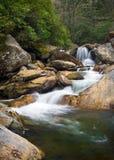 Het vage Landschap van de Aard van Watervallen in Blauwe Rand Stock Afbeeldingen