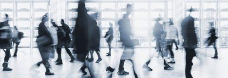 Het vage menigte het omzetten reizende lopen in een moderne zaal Stock Foto's