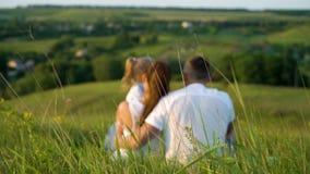 Het vage zwangere paar met peuterdochter heeft in openlucht vrije tijd mening steunen stock video