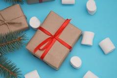 Het Vakje van de ambacht pPaper Gift met Rood Lint, met Heemst, giften, verpakkingsdocument, schaar op een blauwe lijst Hoogste m Royalty-vrije Stock Afbeeldingen