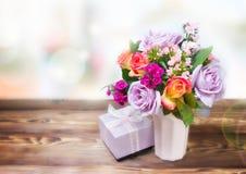 Het vakje van de bloemengift op lijst lege ruimteachtergrond Stock Afbeeldingen