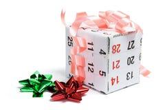 Het Vakje van de gift dat met de Pagina van de Kalender wordt verpakt Royalty-vrije Stock Foto's