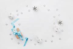 Het vakje van de Kerstmisgift met blauwe hierboven lint en kenwijsjeklok op witte lijst van De groetkaart van de vakantie Model V Stock Fotografie