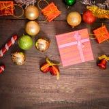 Het vakje van de Kerstmisgift, voedseldecor en sparrentak op houten lijst Royalty-vrije Stock Fotografie