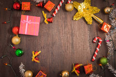 Het vakje van de Kerstmisgift, voedseldecor en sparrentak op houten lijst Royalty-vrije Stock Afbeeldingen