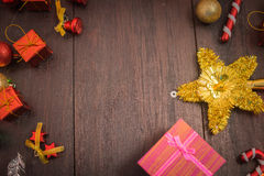 Het vakje van de Kerstmisgift, voedseldecor en sparrentak op houten lijst Royalty-vrije Stock Foto