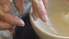 Het vakmanschap van de aardewerkvaardigheid gevoelige modelleringsklei stock video